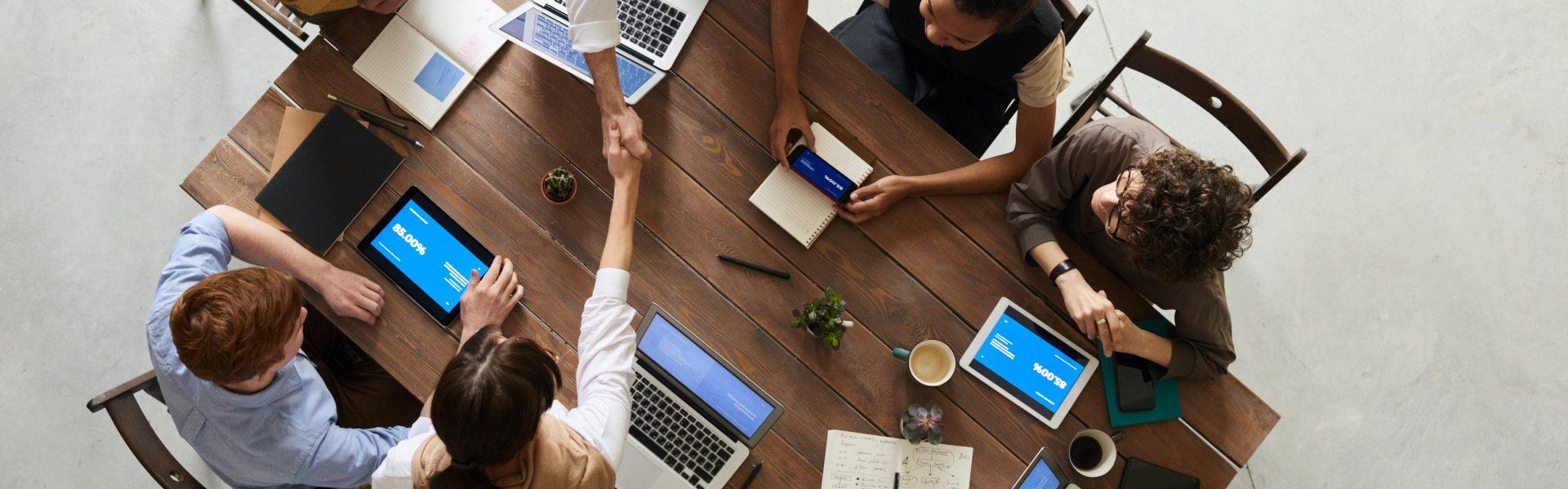 Antreprenor participând la intalnire de echipă